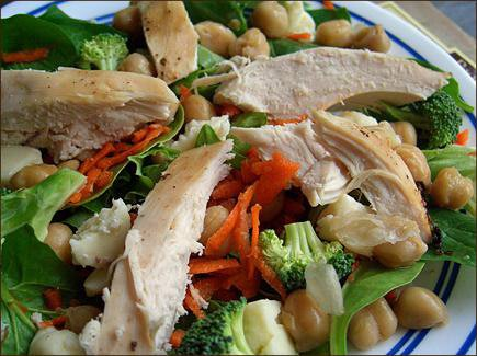 Una bella insalata di pollo per pranzo